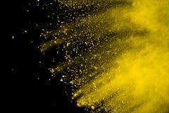 Explosie van gekleurd die poeder, op zwarte achtergrond wordt geïsoleerd Macht en kunstconcept, abstracte ontploffing van kleuren royalty-vrije stock foto's