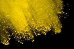Explosie van gekleurd die poeder, op zwarte achtergrond wordt geïsoleerd Macht en kunstconcept, abstracte ontploffing van kleuren royalty-vrije stock afbeeldingen