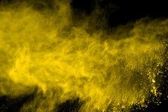 Explosie van gekleurd die poeder, op zwarte achtergrond wordt geïsoleerd Macht en kunstconcept, abstracte ontploffing van kleuren stock afbeeldingen