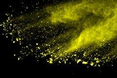 Explosie van gekleurd die poeder, op zwarte achtergrond wordt geïsoleerd Macht en kunstconcept, abstracte ontploffing van kleuren stock afbeelding