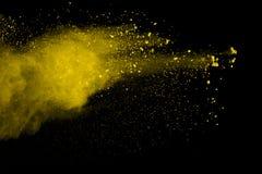 Explosie van gekleurd die poeder, op zwarte achtergrond wordt geïsoleerd Macht en kunstconcept, abstracte ontploffing van kleuren royalty-vrije stock afbeelding