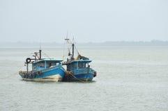 Explosies vissersboot stock foto's