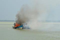 Explosies vissersboot royalty-vrije stock fotografie