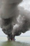 Explosies vissersboot stock fotografie