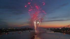 Explosiesvuurwerk tegen de achtergrond van de nachthemel stock videobeelden