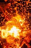 Explosieve scène met kettingzaagknipsel door brandhout in dark royalty-vrije stock foto