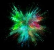 Explosion av färgat pulver som isoleras på svart bakgrund arkivbilder