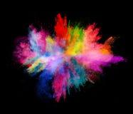 Explosion av kulört pulver på svart bakgrund Arkivfoton