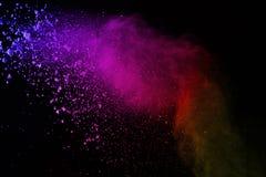Explosion av kulört pulver på svart bakgrund Färgrikt av dus royaltyfria foton