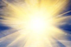 Explosion av ljus in mot himmel, sol. Religion Arkivfoton