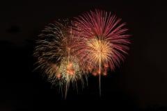Explosion color?e de feux d'artifice dans le festival annuel photos stock