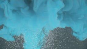 Explosion d'encre bleue dans l'eau banque de vidéos
