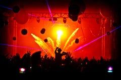 Explosion de confettis de silhouette de foule de festival Photos stock