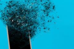 Explosion de Smartphone sur le fond bleu Éditez à l'aide de l'explosion images libres de droits