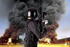 Explosion in einer Industrie, bewaffnete Polizei Stockfotos