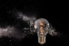 Explosion en verre d'ampoule image stock