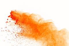 Explosion orange de poudre d'isolement sur le fond blanc O abstrait photographie stock libre de droits