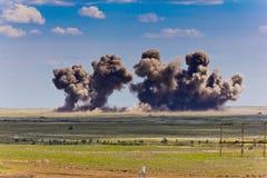 Explosion på en jordning för militär utbildning Förstörelse av utbildningsmål med flygplan bombarderar Arkivbild