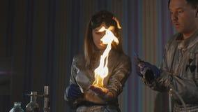 Explosion under experimentet Mislyckat experiment i det kemiska laboratoriumet stock video