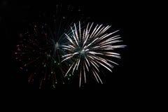 Explosion von weißen Feuerwerken während der Nacht auf einem Ereignis lizenzfreie stockfotos