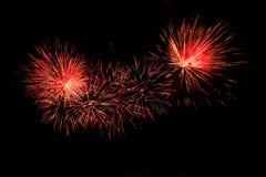 Explosionen von roten und orange Feuerwerken Stockbild