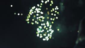 Explosiones cinemáticas con los fuegos artificiales de observación de la gente metrajes