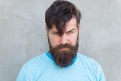 Explosiones cortadas Inconformista fresco con corte de pelo de la necesidad de la barba Salón del peluquero y cuidado facial Form fotos de archivo