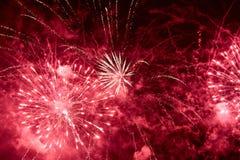 Explosiones de fuegos artificiales rojos Foto de archivo libre de regalías