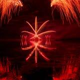 Explosiones de fuegos artificiales rojos Imagenes de archivo