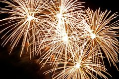Explosiones de oro del fuego artificial Imágenes de archivo libres de regalías