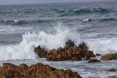 Explosiones del agua del océano imagen de archivo