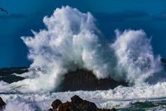 Explosiones del agua del océano fotos de archivo