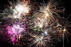 Explosiones hermosas de los fuegos artificiales aisladas en fondo negro fotografía de archivo