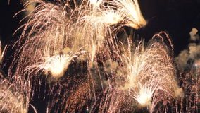 Explosiones múltiples de fuegos artificiales en el cielo metrajes