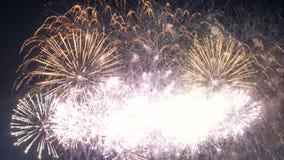 Explosiones múltiples de fuegos artificiales en el cielo 4K almacen de video