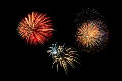 Explosiones múltiples de fuegos artificiales en el cielo nocturno Imágenes de archivo libres de regalías