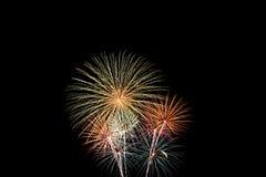 Explosiones múltiples de los fuegos artificiales del oro verde Foto de archivo libre de regalías