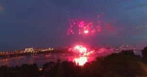 Explosionfyrverkerier mot bakgrunden av natthimlen stock video