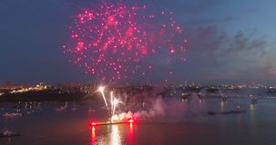 Explosionfyrverkerier mot bakgrunden av natthimlen arkivfilmer