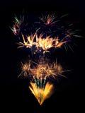 Explosions de feux d'artifice d'isolement sur le fond noir Photographie stock libre de droits