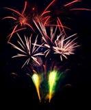 Explosions de feux d'artifice d'isolement sur le fond noir Photos stock