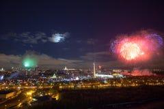 Explosions lumineuses de feux d'artifice en ciel nocturne à Moscou, Russie Photographie stock