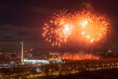 Explosions lumineuses de feux d'artifice en ciel nocturne à Moscou, Russie Image stock