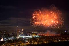 Explosions lumineuses de feux d'artifice en ciel nocturne à Moscou, Russie Photos stock