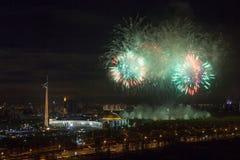 Explosions lumineuses de feux d'artifice en ciel nocturne à Moscou, Russie Photographie stock libre de droits