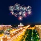 Explosions lumineuses de feux d'artifice en ciel nocturne Photographie stock libre de droits