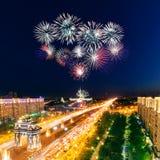 Explosions lumineuses de feux d'artifice en ciel nocturne Images stock