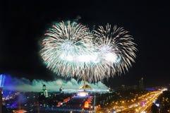 Explosions lumineuses de feux d'artifice en ciel nocturne Image stock