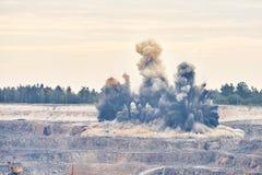 Explosionsexplosion im Tagebaubergbau-Steinbruchbergwerk Stockbilder