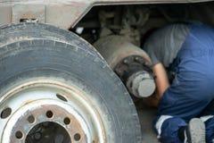 Explosionsreifen Ein Reifen zerrissen zu den Stücken mit sichtbarem Schaden lizenzfreies stockbild
